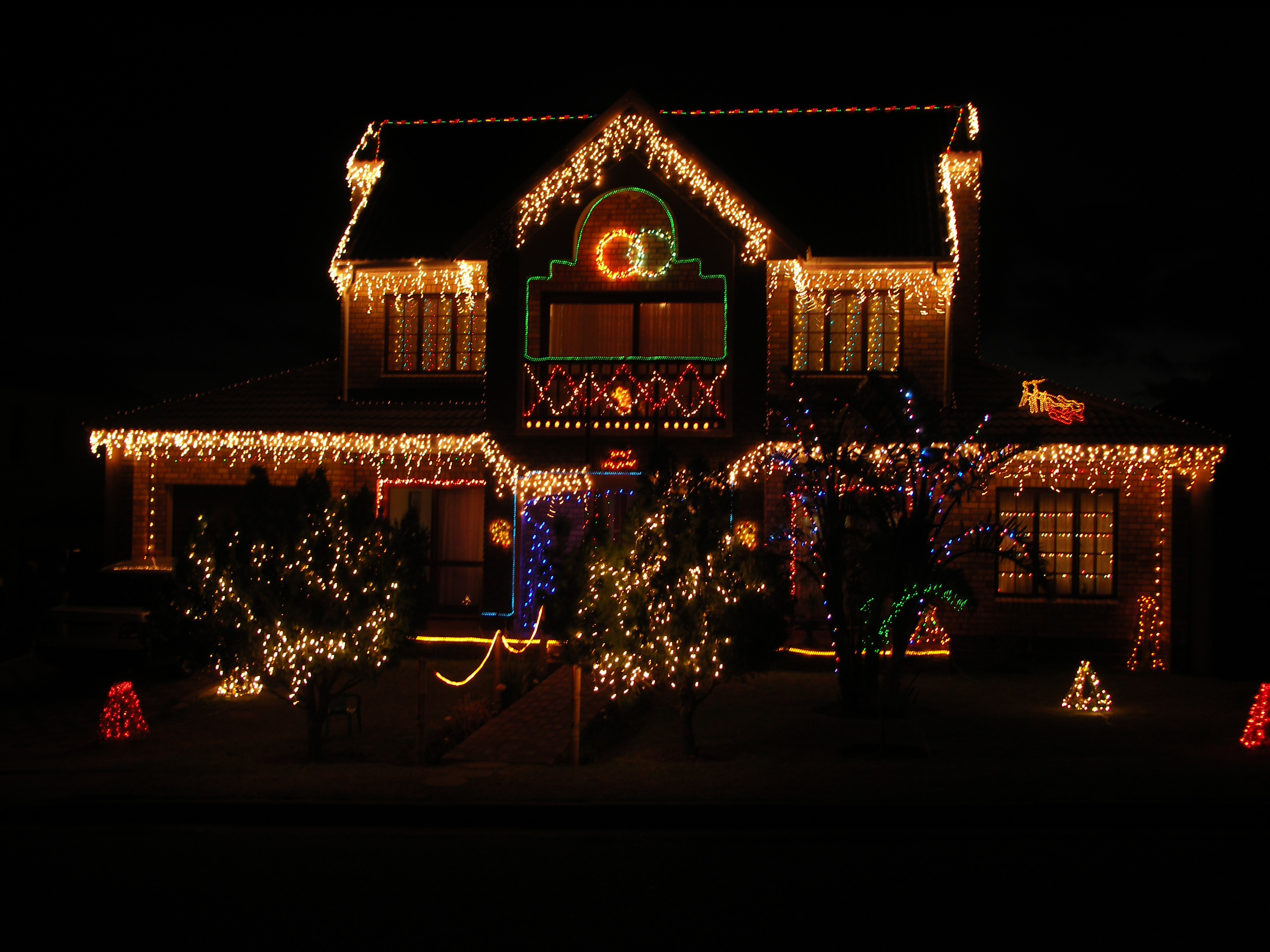 Let the Jiffy pros install your Christmas lights this year.